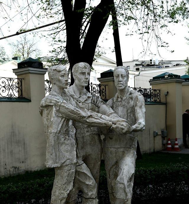 """Часть уличной экспозиции """"Чего изволите?"""". Л. Берлин """"Дружба народов"""", 50-е годы, гипс."""