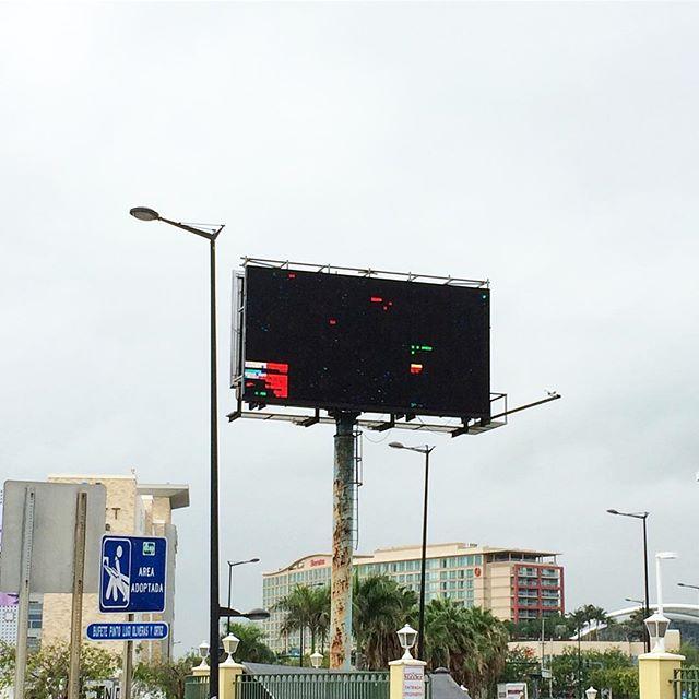 Tapando pa' ver ready made(Abstracción no.23)! Lindo, junte de tecnología y naturaleza! 🌧👀! #billboard #tapandopaver