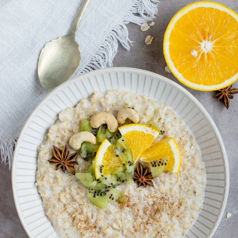 A breakfast rich in fibre: oatmeal and fruit
