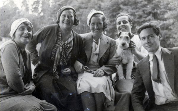 Foto: Teenagers Alfred Lion (2nd from right, with dog), and Frank Wolff with friends in Berlin, Germany, c. 1930 Source: http://www.immigrantentrepreneurship.org/