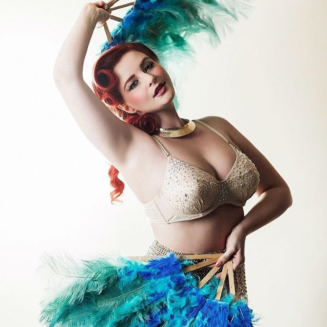 I like red hair, bling and feathers. So I took this photo of @bovixxen.