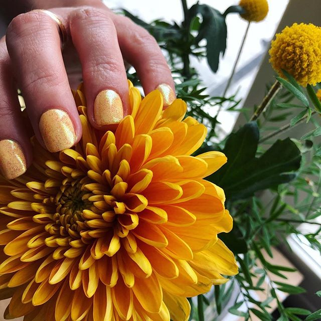 Yellow is a happy color!  CND acrylic and Shellac in Honey Darlin with naildiva yellow glitter 😍 in love with these!! #salongprettyplease #sundsvall #sundsvallsstörstaskönhetssalong #salong #skönhet #beauty #nails #nail #flower #cnd #cndshellac #cndworld #cndgowithapro #cndeducationambassador #cndsverige #nailstagram #nailart #nailswag