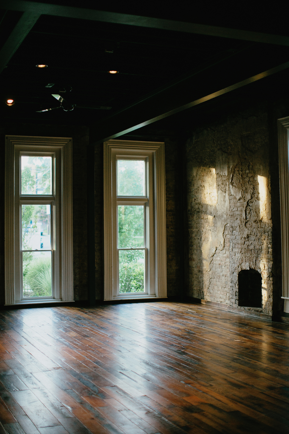 The VICTORIAN front windows & exposed brick