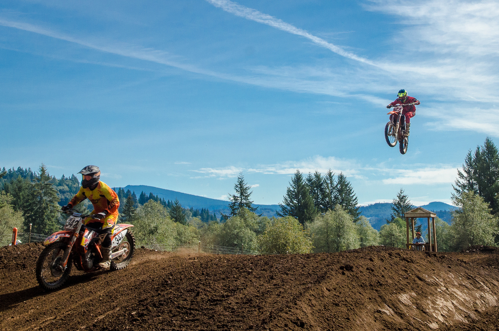 Jim Gustavson chasing down the competition and hitting the triple at Washougal MX Park.