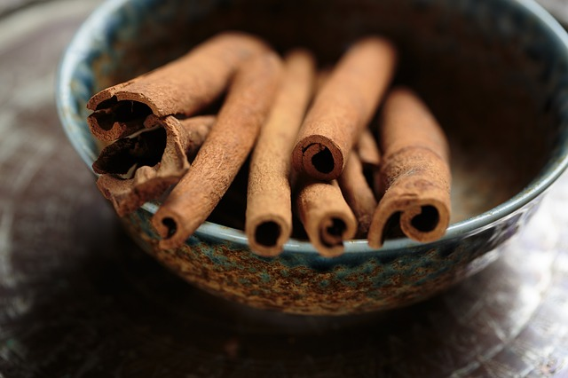 Cinnamon (Cinnamomum Verum) - improves blood circulation in the scalp, strengthens the hair bulbs, and promotes growth.