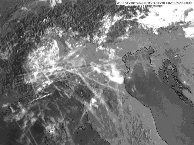 Satelitska slika kondenzacijskih sledi nad Italijo