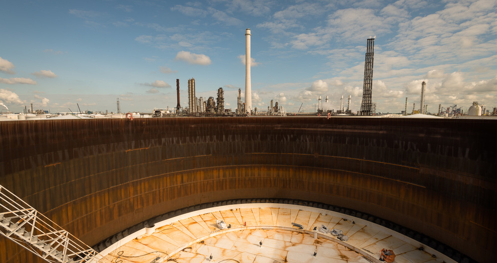 Opslagtank in onderhoud bij Shell Pernis. Moerdijk, 2013.