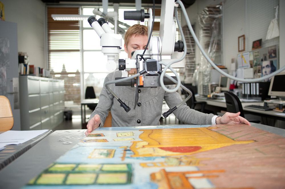 Restauratieafdeling van Gogh Museum. Shell onderzoekt de oliën in de verf. Amsterdam, 2008