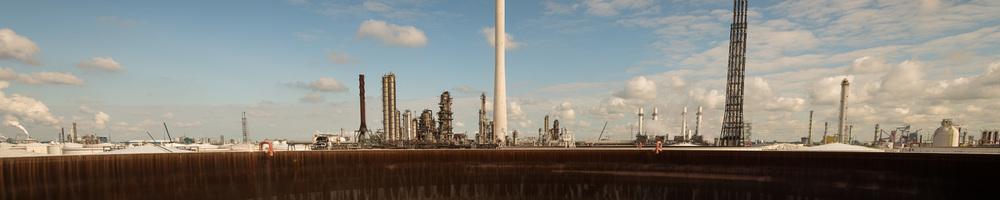 Onderhoud van een opslagtank bij Shell Pernis. Moerdijk, 2013.