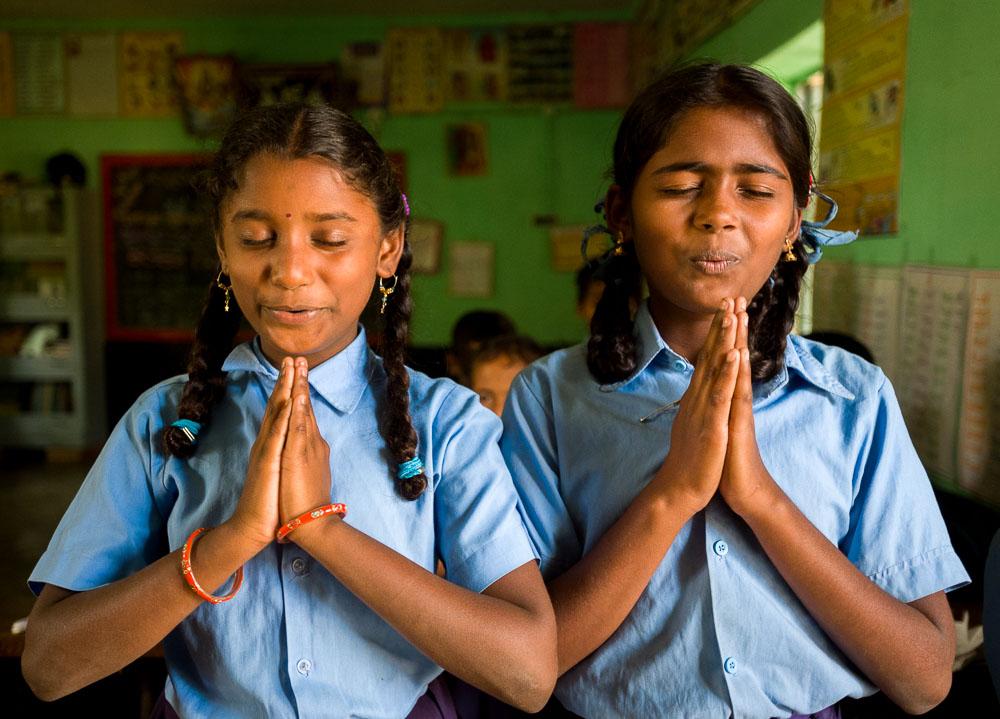 twee meisjes in een school in India