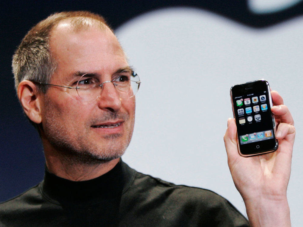 Steve Jobs e o iPhone original em 2007.