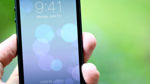 Lock Screen mais limpa, com textos discretos e nenhum elemento simulado.