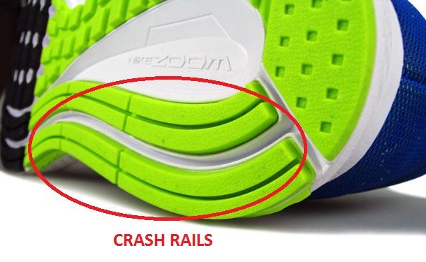 Crash rails vão do calcanhar até a frente do pé, com algumas fendas de flexão.