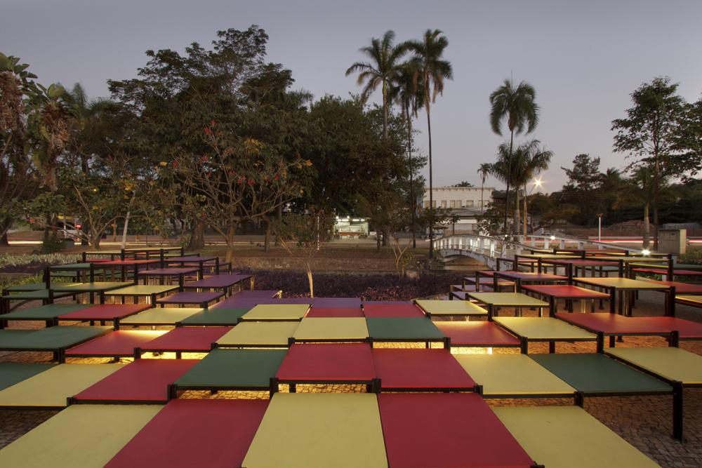 Vista da instalação Deriva junto ao jardim de Burle Marx com o qual estabelece uma relação cromática