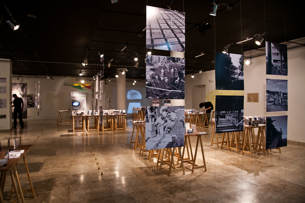 Painéis verticais exibem fotos da construção do prédio da Escola de Arquitetura da UFMG | à esquerda, exposição dos trabalhos vencedores do Concurso Cultural EA 80 anos