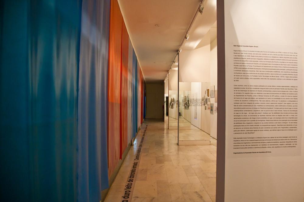 A luz natural, filtrada pelo painel translúcido, confere ambiência etérea à sala | os pilares revestidos com espelhos criam um jogo visual