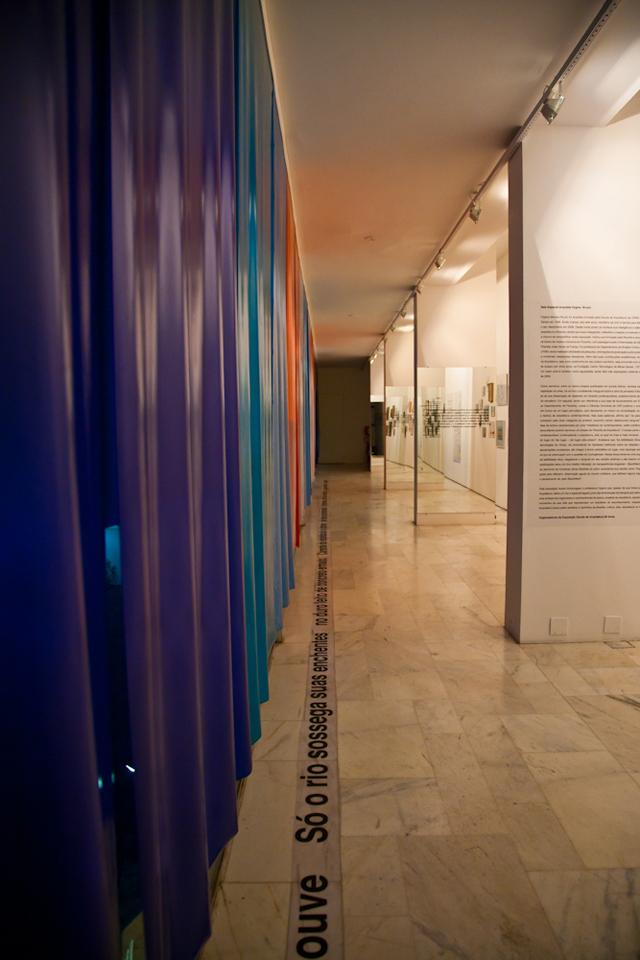 No chão, um poema de Hygina conduz o público ao longo da galeria