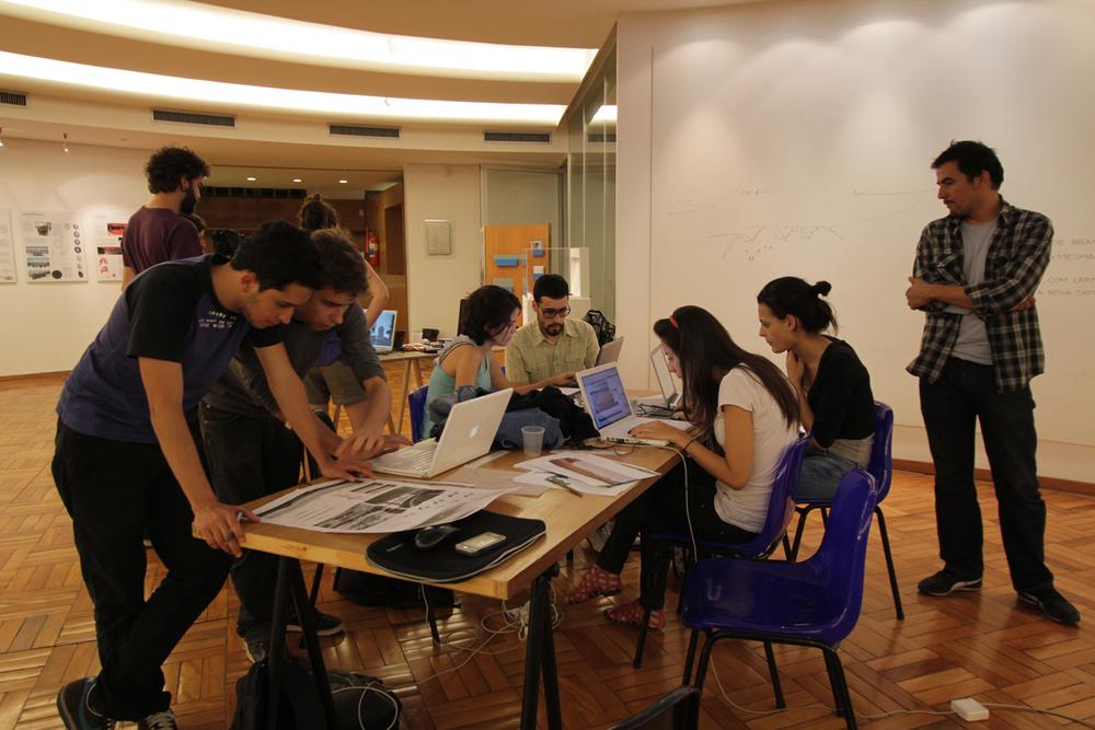 Registro da oficina realizada pelo grupo colombiano Paisajes Emergentes no interior da Casa do Baile