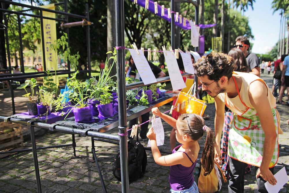 A Galeria 3 recebeu o projeto Troca de Mudas, com varal de dicas e receitas e oficina de plantio para crianças