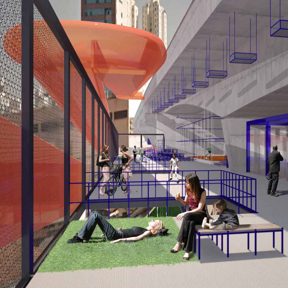 Interior da edificação suspensa com lojas e áreas de descanso, passarela lateral de acesso ao viaduto e quadra ao fundo.