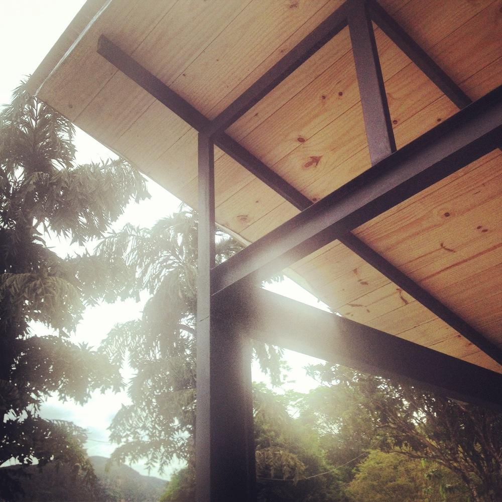 Cobertura em telhas de PVC com forro de madeira pinus