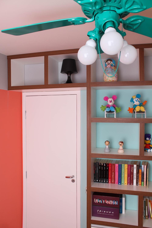 O escritório, espaço de criação, combina tons alegres com uma faixa cinza junto ao teto.