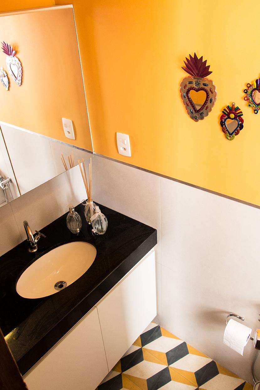 O banheiro ganhou revestido em porcelanato e pintura. No piso, ladrilhos hidráulicos trazem um ar retrô.