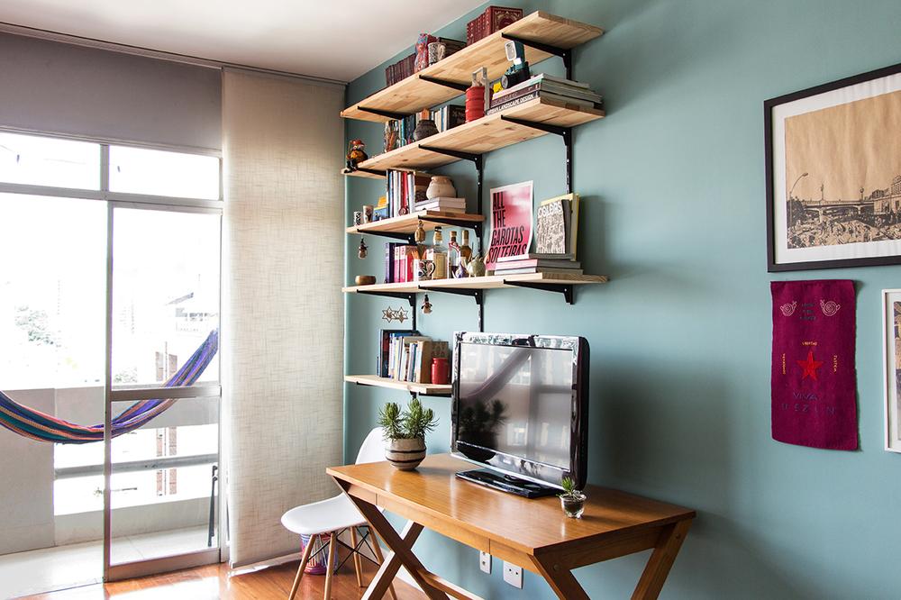 A estante de livros foi feita pela própria cliente com cremalheiras e tábuas de pinus.