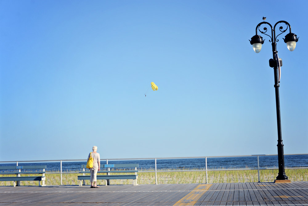 DSC_5922 yellow balloon yellow bag beach.jpg