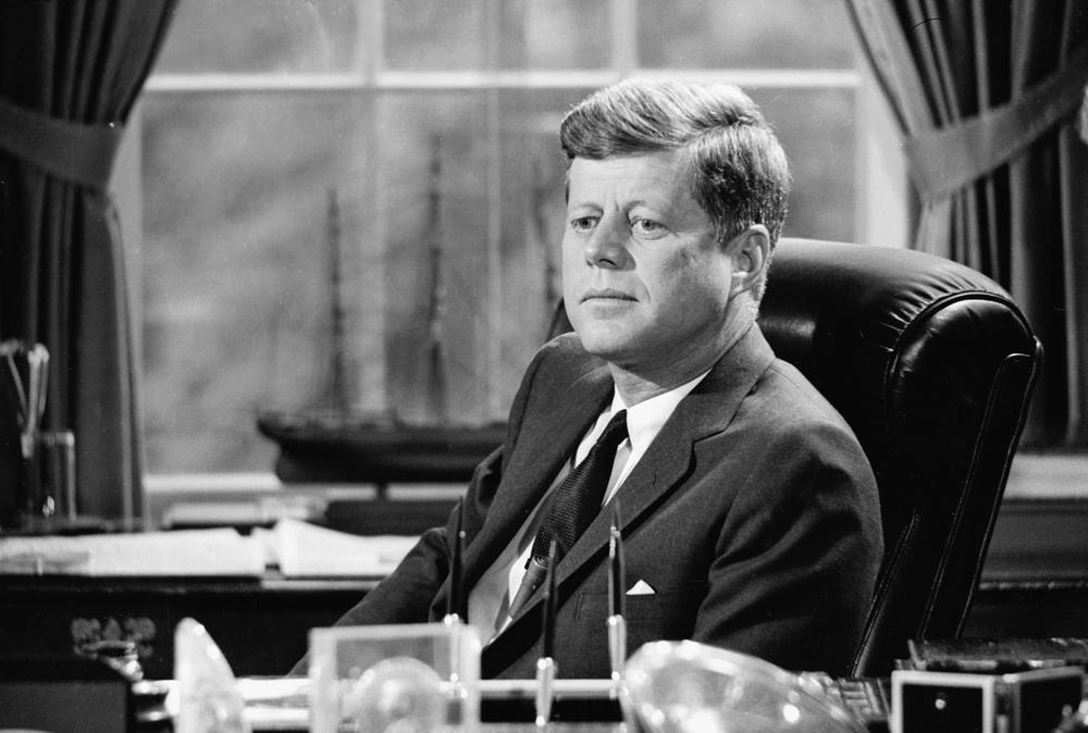 John Fitzgerald « Jack » Kennedy, souvent désigné par ses initiales JFK, né le 29 mai 1917 à Brookline (Massachusetts) et mort le 22 novembre 1963 à Dallas (Texas), est le 35e président des États-Unis.