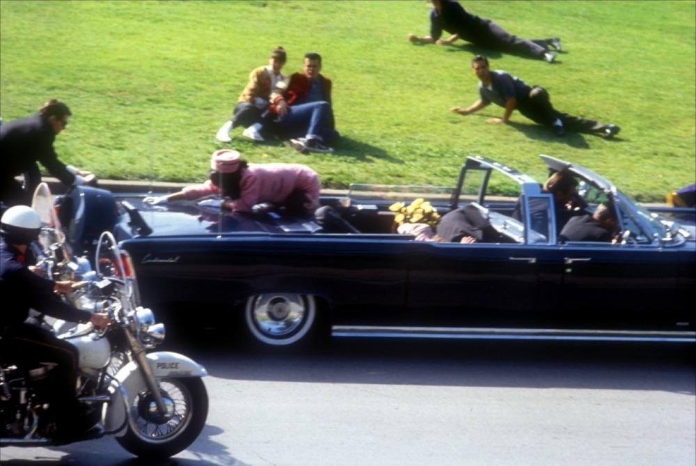 Autre anecdote morbide qui concerne les photos prises de l'assassinat de John Fitzgerald Kennedy où l'on voit sa femme Jackeline Kennedy qui tentait de monter sur le coffre arrière de la voiture. Le monde pensait que ce geste désespéré était une demande d'aide… en fait, c'était pour essayer de récupérer un morceau de cervelle de son mari qui avait reçu une balle en pleine face!