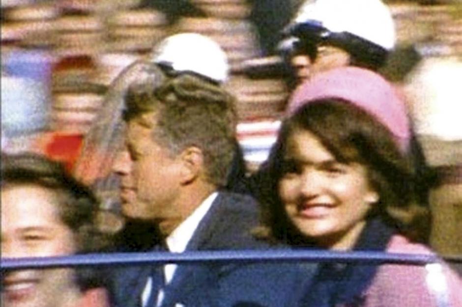12 h 29. Le dernier sourire de Jackie dans le tailleur Chanel rose choisi pour un jour de fête.