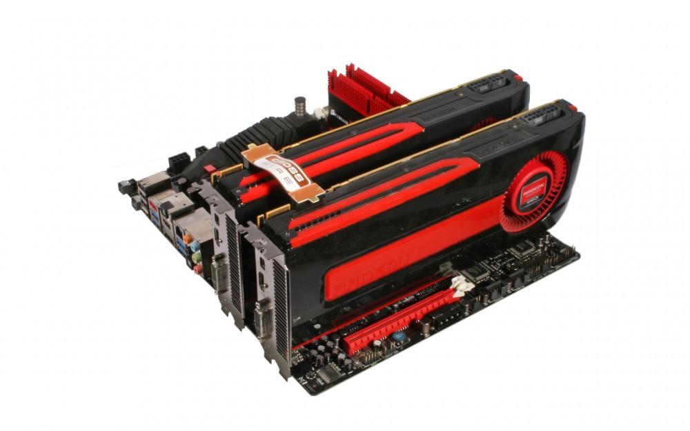Deux cartes graphiques AMD en CrossFireX (on voit bien le ruban orange qui relie les deux cartes)