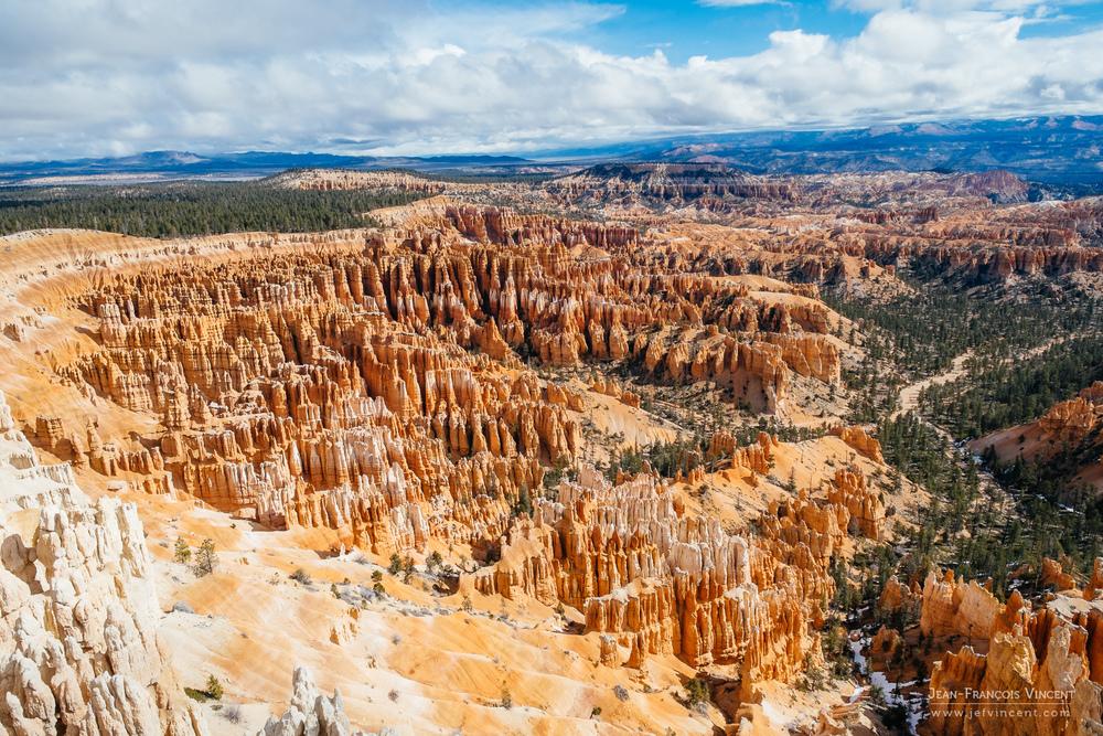 Le 14mm, équivalent 21mm en 24x36, permet de retranscrire la sensation des grands espaces, comme ici à Bryce Canyon. Attention à bien composer vos plans cependant, au risque d'avoir des images un peu vides.