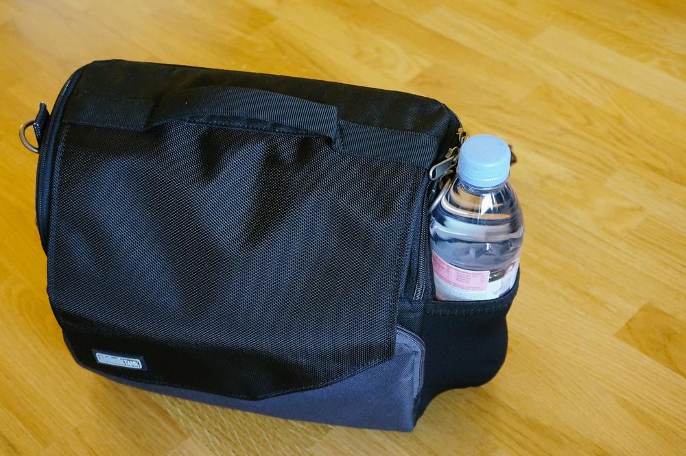 Ouf, une bouteille d'eau rentre sans problème dans la poche élastique latérale, ce qui n'était pas toujours évident sur les sac Retrospective