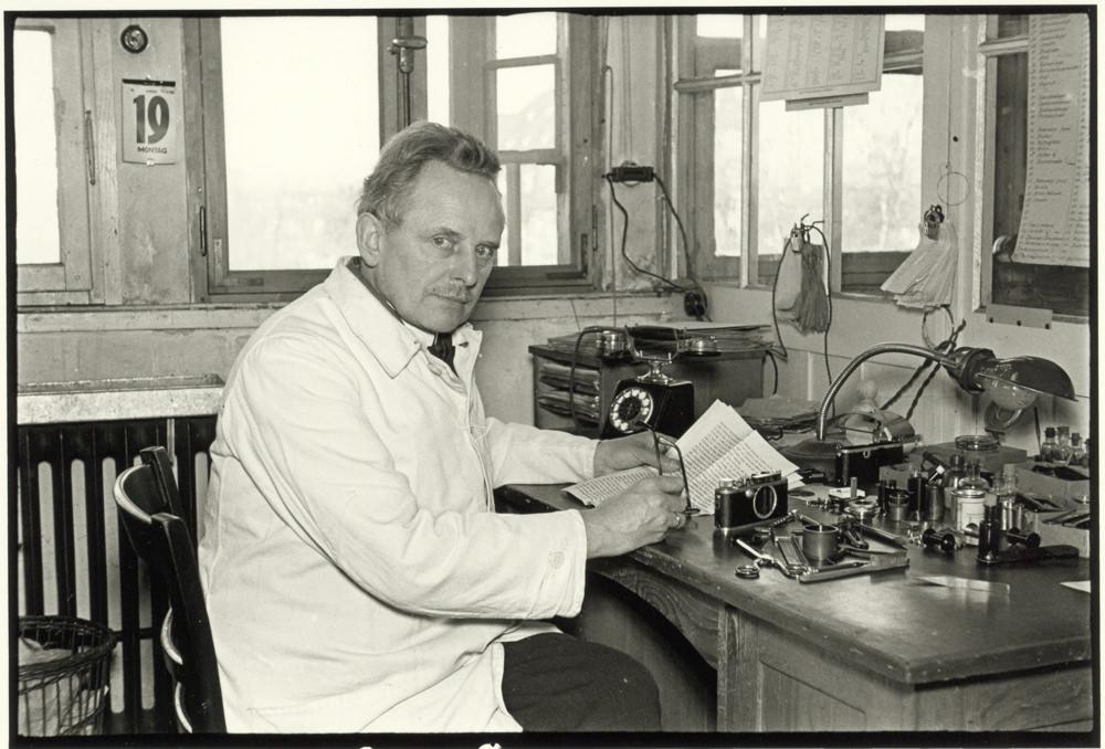 Oskar Barnack   Ingénieur en mécanique de précision chezLeica, Oskar Barnack souffrait d'asthme et il voulait réduire la taille et le poids desappareils photographiquespour les prises de vue en extérieur.  Entre 1913 et 1914, il adapta le format de film35 mm, utilisé par le cinéma, à la photographie, créant ainsi le premier appareil photographique argentique de «petit format». Il inventa le concept de petit négatif à partir duquel on peut faire untiragepositif par agrandissement dans un local adapté aux travaux photographiques.  Oskar Barnack fut aussi un photographe, parmi les premiers à réaliser des reportages montrant la relation de l'homme et de son environnement. Par exemple, il prit une série de clichés de la crue historique àWetzlaren 1920, considéré comme le premier reportage réalisé avec un appareil 35mm .  LePrix Oskar Barnackfut créé en son honneur en 1979 en célébration du centenaire de sa naissance.  Note: Certains historiens pensent que c'estGeorge PSmith qui en 1912 aurait adapté le format 24X36 à la photographie et nonOskar Barnack