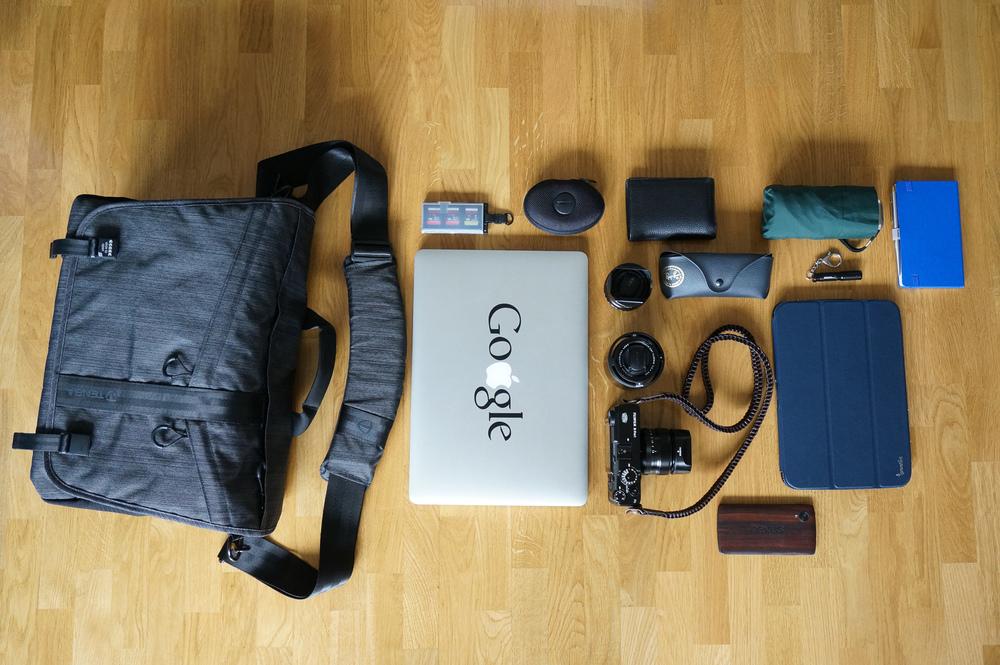 """Le sac Tenba DNA 15 vous permet d'emporter tout votre matériel, de la prise de vue à la retouche. Ici loin d'être plein, il me permet d'emporter le Fuji X-Pro 1 et ses 3 objectifs 18mm, 35mm et 60mm, un MacBook Pro Retina 15"""", une tablette Nexus 10, un téléphone Nexus 5, et tous les petits accessoires indispensables (cartes mémoire, batteries, écouteurs Jays, lunettes et portefeuille, carnet, lampe, parapluie)"""