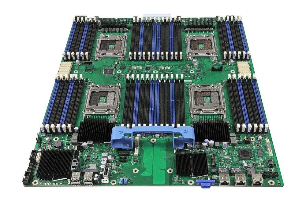 Une carte mère avec 4 sockets pour Xeon E7. Remarquez le nombre de slots de barrettes de mémoire vive !