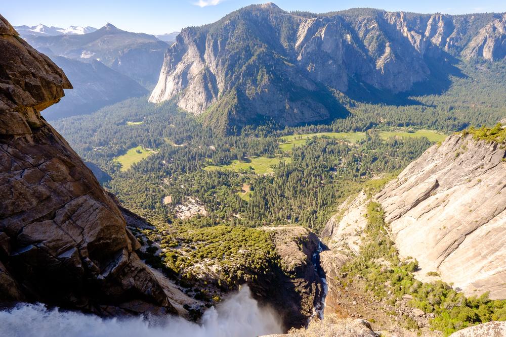 Yosemite Falls tout en bas du cadre, et la vallée en arrière plan.