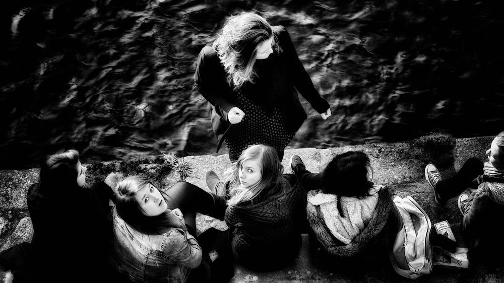 Rencontre entre filles. Port de Vannes // Morbihan // Bretagne // France ©Thierry Lothon 2014