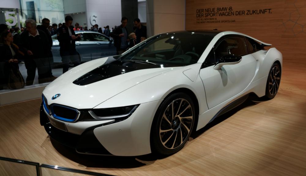 Une autre voiture avec une motorisation intéressante : la BMW i8 ,une sportive hybride avec une motorisation électrique et un 3 cylindres en ligne.