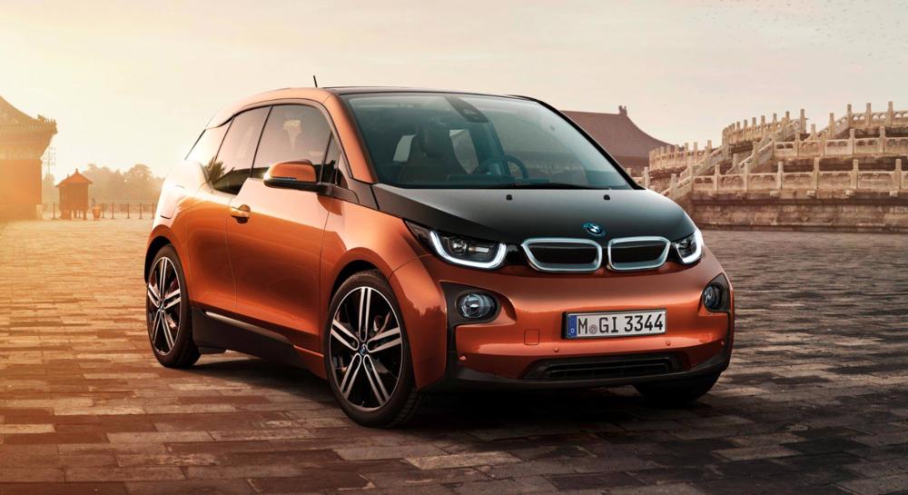 Une BMW i3 : une petite voiture électrique au design plutôt moderne.