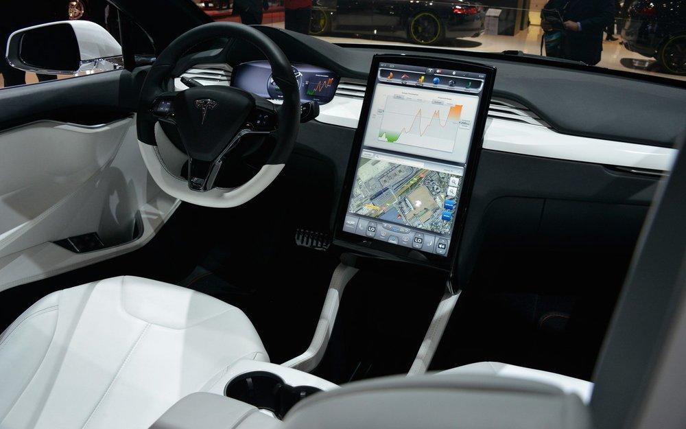 Le grand écran de 17 pouces est repris dans le Model X