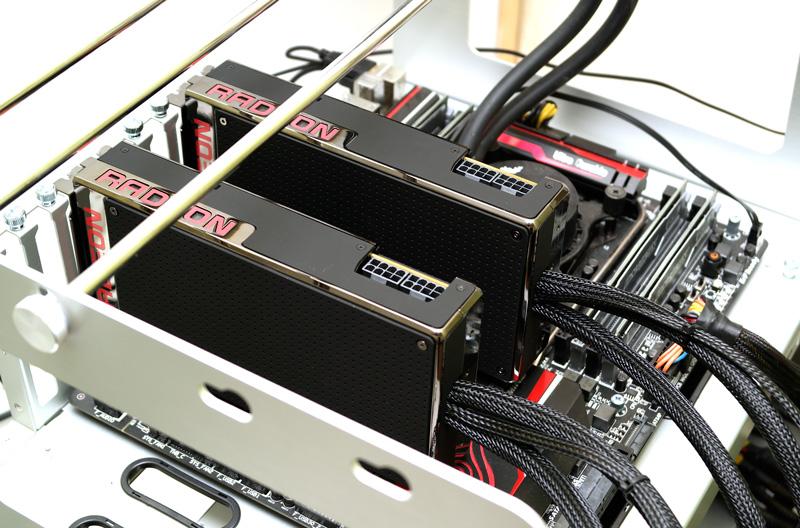 Un CrossFireX avec deux AMD R9 Fury X, sans pont CrossFire.