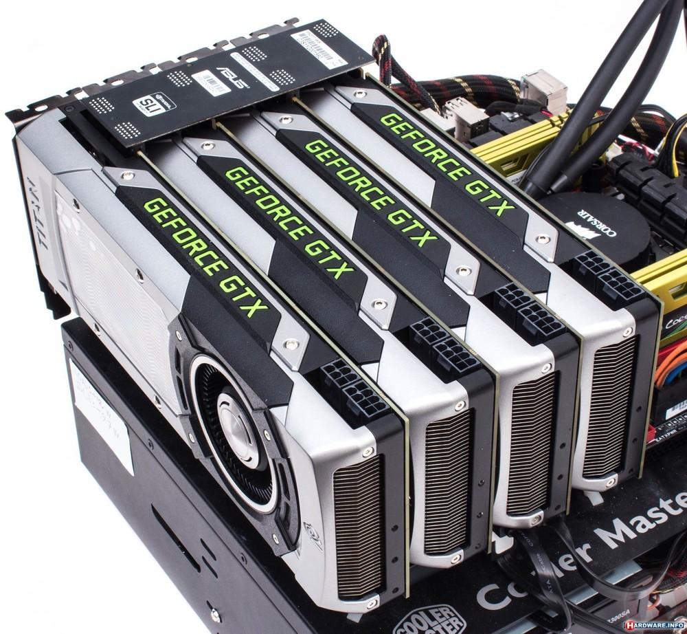 Un Quad SLI de nVidia GTX Geforce Titan, avec un pont SLI pour relier les quatre cartes entre elles.