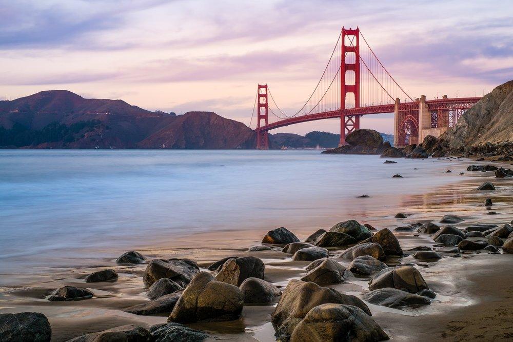 L'indemodable (et magnifique) Golden Gate, photographie ici au coucher du soleil en pose longue