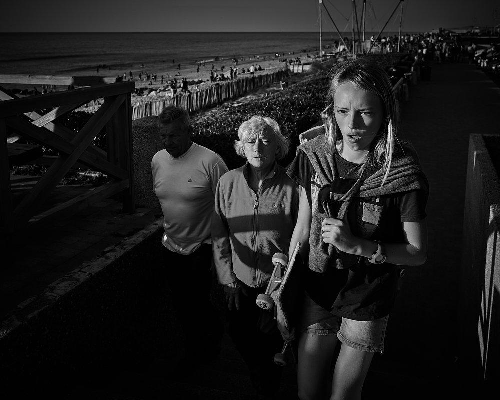 « Jeune fille et ses parents » // Série contrastes à Lacaneau-Océan // Leica (Q 320 ISO F 5.6 1/500)