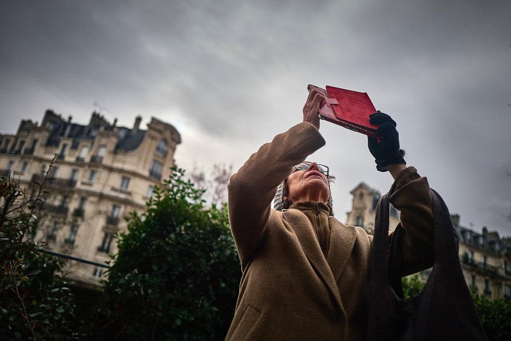 La tête en l'air, elle capture son instant // Quartier Gare de Lyon // Leica Q // ©Thierry Lothon