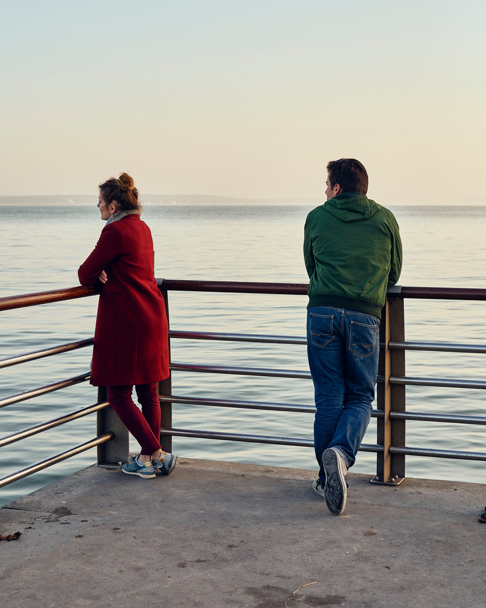 « Couple, dans un paysage graphique et ouaté. Presqu'ile du Cap-Ferret » ©Thierry Lothon 2019. Sony ARIII, Zeiss bâtis 40F2. Traitement dans Capture One Pro 12 avec le filtre Petra (Dark) du pack « LATITUDE - SUNBOUND »