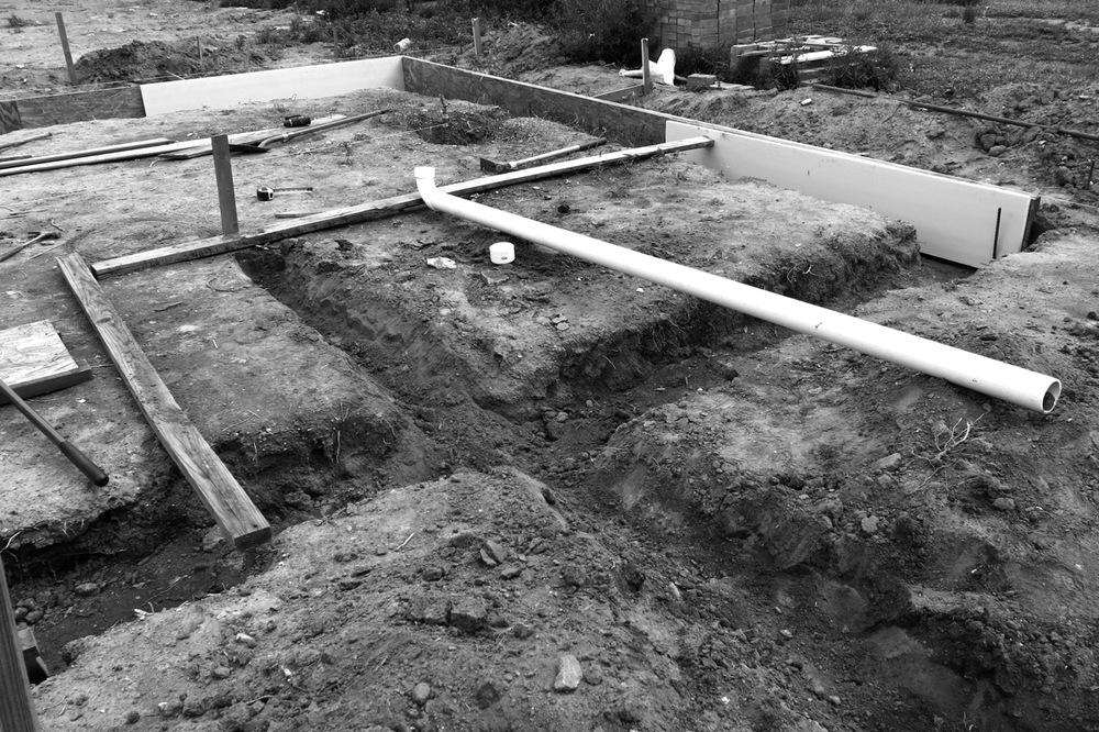 13-15 August 2014: Sliding in the blue boards and digging trenches for the pipes.